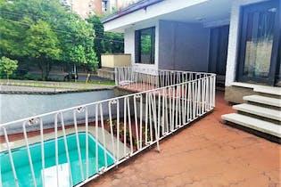 Casa en Aguacatala con 747 mt2, 4 Habitaciones, 6 Parqueaderos.