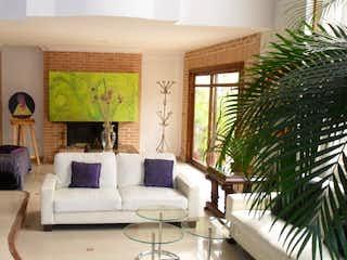 Una sala de estar llena de muebles y una gran ventana en CORTIJO DE SAN JOSE
