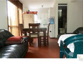 Una sala de estar llena de muebles y una chimenea en ALDEA VACACIONAL LA FLORIDA