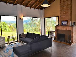 Una sala de estar llena de muebles y una chimenea en Parcelacion San Sebastian de la Castellana