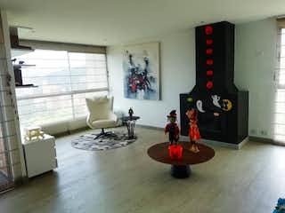 Una sala de estar llena de muebles y una chimenea en ATOSHI