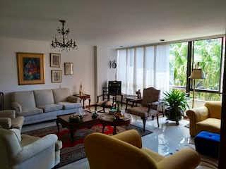 Una sala de estar llena de muebles y una gran ventana en ANTARES