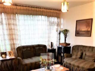 Una sala de estar llena de muebles y una ventana en Casa en Las Aguas-Centro, con 4 Alcobas - 251 mt2.