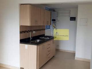 Una cocina con una estufa y un refrigerador en Urbanización los cerezos