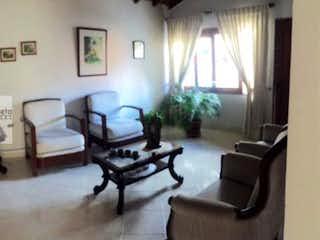 Una sala de estar llena de muebles y una ventana en Casa en El Trianón-Envigado, con 3 Habitaciones - 180 mt2.
