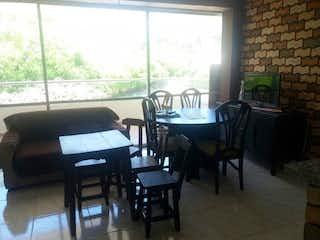 Una sala de estar llena de muebles y una ventana en Apartamento en San Jeronimo, Con 2 habitaciones-75mt2