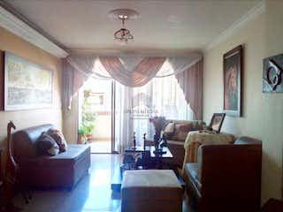 Una sala de estar llena de muebles y una ventana en Apartamento en la Castellana, Medellin. Con 3 habitaciones-135mt2