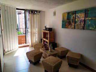 Una sala de estar llena de muebles y una ventana en Jardines de San Silvestre