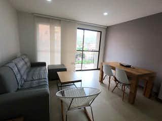 Una sala de estar llena de muebles y una ventana en Apartamento en venta en La Ceja de dos alcobas