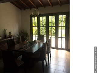 Una habitación muy bonita con una gran ventana en Casa en Venta en La Tablaza, 8903m2- con Balcón.