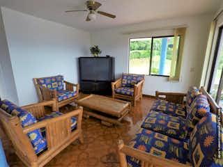Una sala de estar llena de muebles y una televisión de pantalla plana en Finca en venta en Sopetrán con 7 Habitaciones.