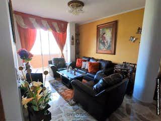Una sala de estar llena de muebles y una ventana en Apartamento en venta en Rosales con 4 Habitaciones y 2 balcones.