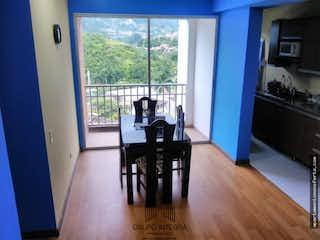 Una sala de estar llena de muebles y una ventana en Apartamento en venta en la Estrella, Ancon. Con 3 habitaciones-60mt2-balcon