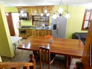Una cocina con una mesa y una nevera en SE VENDE FINCA EN CUCHILLAS DE SAN JOS, RIONEGRO