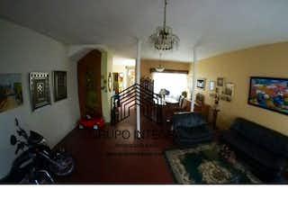 Una sala de estar llena de muebles y una televisión de pantalla plana en Casa en venta en Conquistadores, Con 4 habitaciones, 250mt2