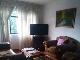 Una sala de estar llena de muebles y una televisión de pantalla plana en Apartamento En Venta En Prado, Con 4 habitaciones.-106mt2