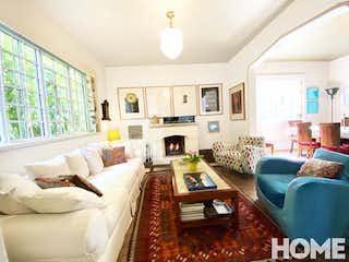 Una sala de estar llena de muebles y una chimenea en Casa en Bosque Calderón de 320 mt2. con Terraza