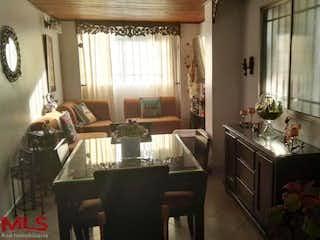 Una sala de estar llena de muebles y una ventana en El Velero