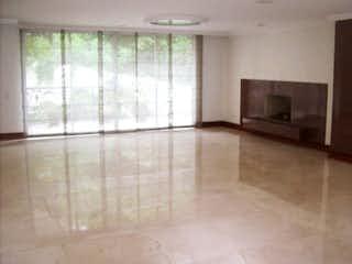 Una vista de una sala de estar con un gran ventanal en Casa en venta en La Aguacatala, 570mt con jacuzzi
