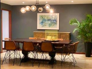 Una habitación con una mesa y un reloj en Casa en venta en La Tomatera de 1265mts, dos niveles