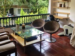 Una vista de una sala de estar con un gran ventanal en Casa en venta Villagrande de 320 mts
