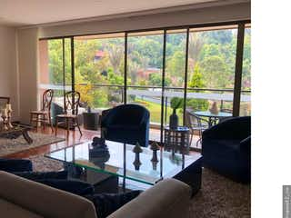 Una sala de estar llena de muebles y una ventana en Apartamento en venta en Colinas de Suba de 205 mt2. con 3 balcones