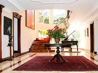 Una sala de estar llena de muebles y una chimenea en Casa en venta en Barrio Torca de 1200mts, dos niveles
