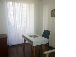 Una mesa blanca con un portátil en ella en -