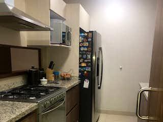 Una cocina con nevera y fregadero en Departamento en venta en Atlamaya con 3 Recamaras.