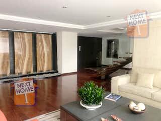Una sala de estar llena de muebles y una televisión de pantalla plana en Departamento Duplex en venta en Lomas de Chapultepec con terraza privada.