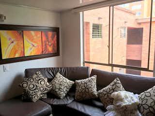 Una sala de estar llena de muebles y una televisión de pantalla plana en Apartamento en venta en Pinar de Suba de dos alcobas