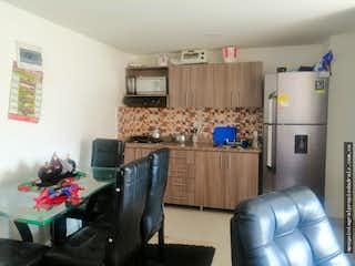 Una sala de estar llena de muebles y un refrigerador en Apartamento en venta en Calle Larga de 60mtrs2 con balcón