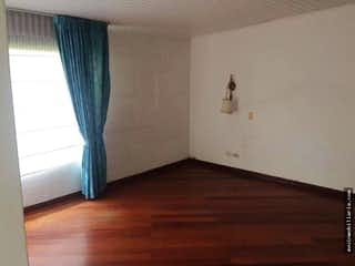 Una habitación que tiene una cama en ella en Casa en venta en Niza de 422 mts dos habitaciones