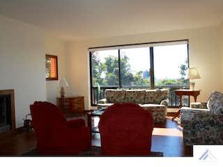 Una sala de estar llena de muebles y una ventana en Apartamento en venta en Usaquen 206 mts, con balcón