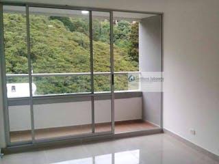Un baño con una ventana y una puerta de cristal en Apartamento en venta en  Trianón, Envigado, Con 3 habitaciones-63mt2