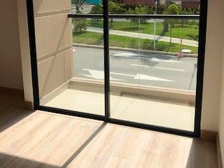 Un cuarto de baño con una puerta de cristal y una ventana en Casa en venta en San Antonio de Pereira de 2 niveles