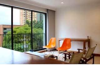 Una sala de estar llena de muebles y una ventana en jardines de balmoral