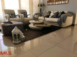 Una sala de estar llena de muebles y un sofá en Entreparques