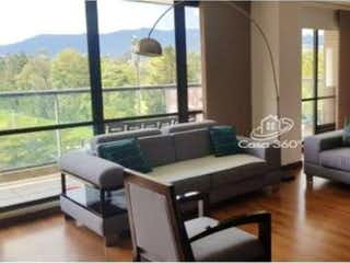 Una sala de estar llena de muebles y una gran ventana en Mediterraneo Alejandria