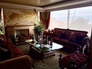 Una sala de estar llena de muebles y una chimenea en CONJUNTO RESIDENCIAL MONTECHEL