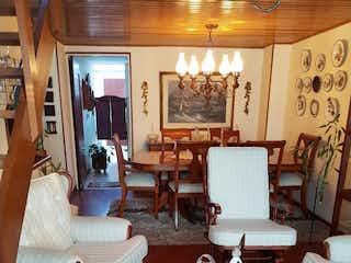 Una sala de estar llena de muebles y una ventana en Casa en venta en Barrio Verbenal, de 200mtrs2