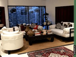 Una sala de estar llena de muebles y una gran ventana en Apartamento en venta en Santa Ana de cuatro habitaciones
