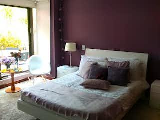 Una cama sentada en un dormitorio junto a una ventana en Apartamento en Venta Barrio Niza, de 310mtrs2 con chimenea