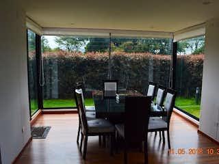 Una sala de estar llena de muebles y una ventana en Quintas de Cantalejo