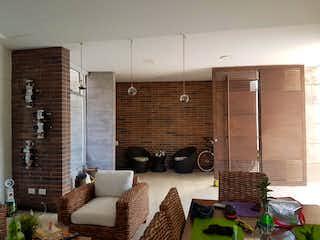 Una sala de estar llena de muebles y una ventana en Finca en venta en  Casco Urbano Santa Fé de Antioquia, Con 3 habitaciones-1380mt2