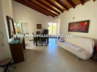 Una sala de estar llena de muebles y una ventana en ALTOS PIRINEOS 501