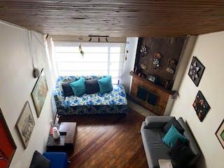Una sala de estar llena de muebles y una chimenea en Edificio Los Tulipanes ll