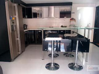 Una cocina con una estufa y un refrigerador en Apartamento en venta en Belén Centro de 170 mt2. con terraza
