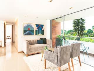 Una sala de estar llena de muebles y una televisión de pantalla plana en Sendero Fresco