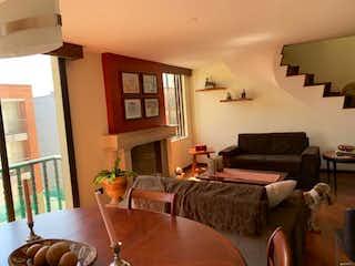 Una sala de estar llena de muebles y una chimenea en Edificio Horizonte